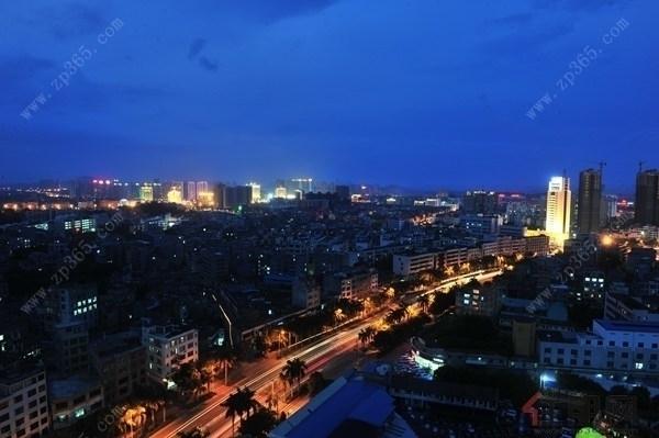 片区的高度视野无障碍,近处可见空中庭院,中心景观以及城市绿色,远景